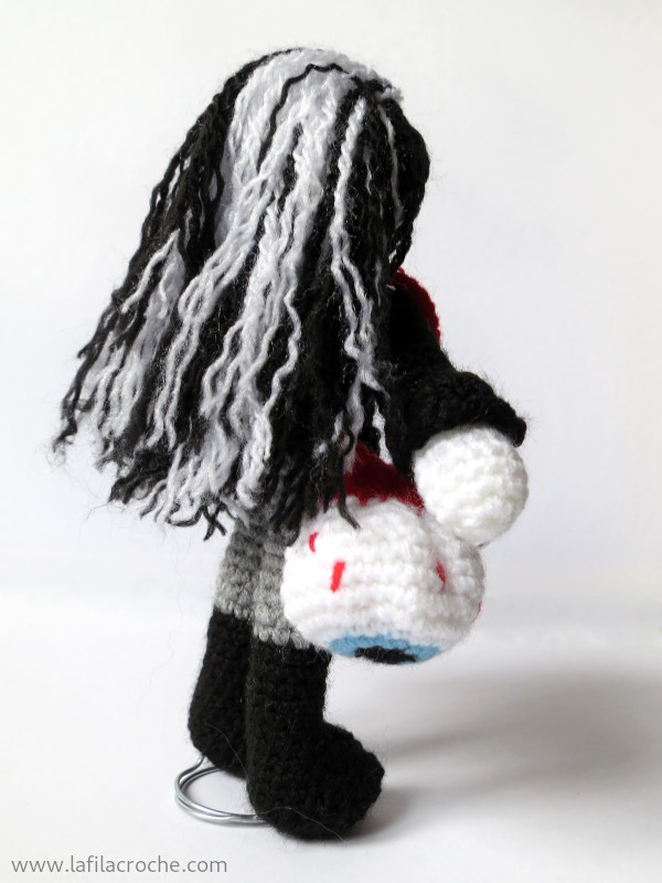 Poupée black metal au crochet